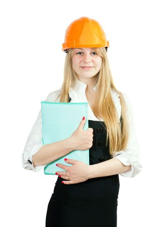 Empresaria en cascos con documentos sobre fondo blanco