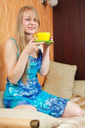 sexy girl sitting: giovane sexy ragazza seduta sul divano bere caff�
