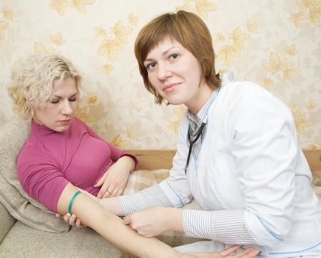 inyeccion intramuscular: Doctor dando a una chica una inyecci�n intravenosa en su brazo