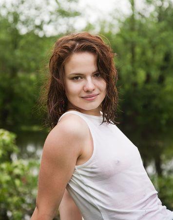 pantalones vaqueros mojados:  Sexy girl en blanco h�meda camiseta al aire libre