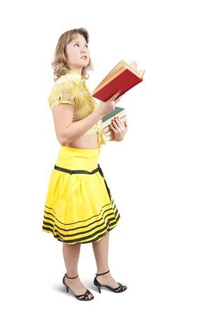 Meisje gekleed in geel met boeken en zak op wit wordt geïsoleerd