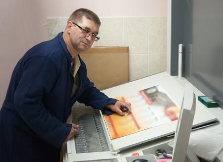 ofset: Printer checking a print run at table Stock Photo