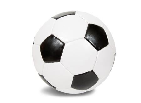 pelota de futbol: bal�n de f�tbol cl�sico. Aislados sobre fondo blanco