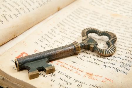 llaves: Detalle de clave se coloca en un libro de vintage siglo 1,82