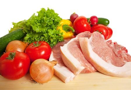 carne cruda: Carne cruda y verduras. Aislado en blanco
