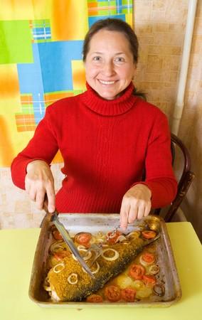 Femme mature tranchage panés poissons cuisinier crêpière  Banque d'images - 7966149