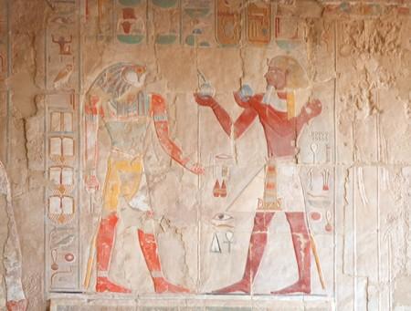 horus: encabezada por el halc�n Horus y fara�n. Decoraci�n de pared en el templo de Hatshepsut, Egipto