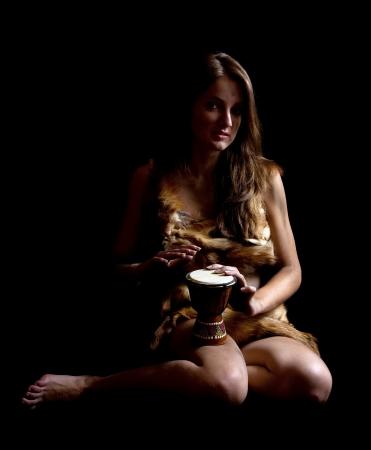 pandero: B�rbaro femenina en foxcase con la pandereta en la oscuridad  Foto de archivo