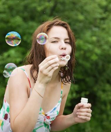 soap bubbles: H�bsches M�dchen macht Seifenblasen gegen B�ume