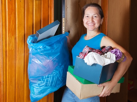 �garbage: Mujer madura, quitando la basura en casa Foto de archivo