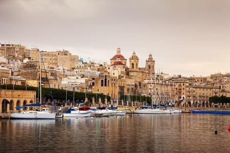 docked: Vista de Vittoriosa y acoplamiento de yates. Malta