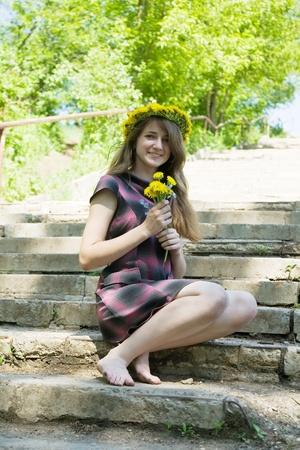 langharige tiener meisje op de trappen van trap