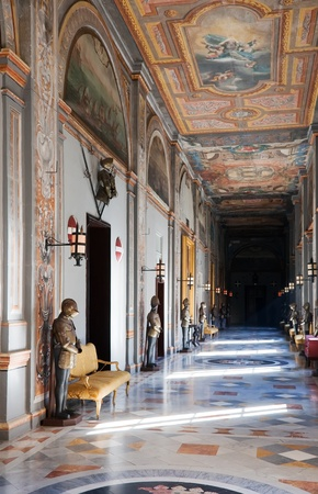 17: MALTA, VALETTA - 17 de diciembre: Gran maestro Palacio es uno de los m�s grandes museos de tiempo de caballeros. 17 De diciembre de 2010 en la Valeta, Malta. Interior del Palacio de Caballero