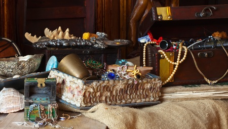 earing: Old treasure chests with vintage gems and jewellery Stock Photo