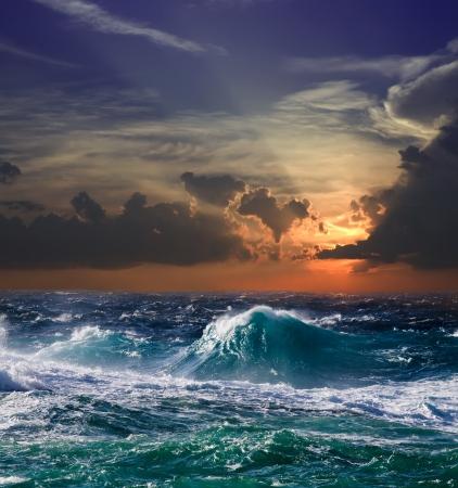 mare agitato: Onda mediterranea durante la tempesta nel tempo tramonto Archivio Fotografico