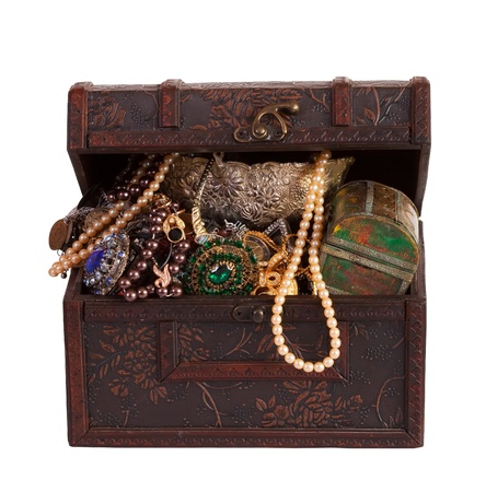 Old treasure chest with vintage gems and jewellery Stock Photo - 8886979