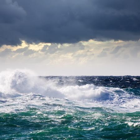 granola: Onda de alta mar durante la tormenta en el Mediterr�neo Foto de archivo