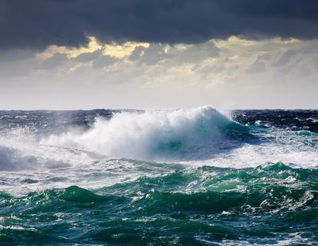mare agitato: Onda di alto mare durante una tempesta al bacino del Mediterraneo