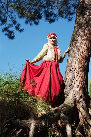 여자는 13 세 세기의 중년 소득 여자 옷에있다.