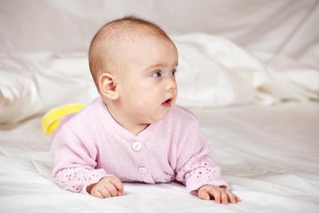 beb� de 5 meses de s�bana blanca Foto de archivo - 9161493