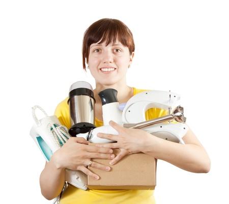 agd: młoda kobieta z urządzenia gospodarstwa domowego nad białym