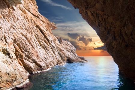 paisaje mediterraneo: Vista interior de la cueva en aumento. Composici�n de la naturaleza