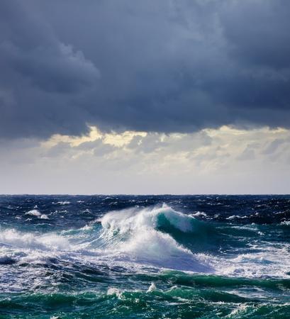 amanecer: Onda de alta mar durante la tormenta en el Mediterr�neo Foto de archivo