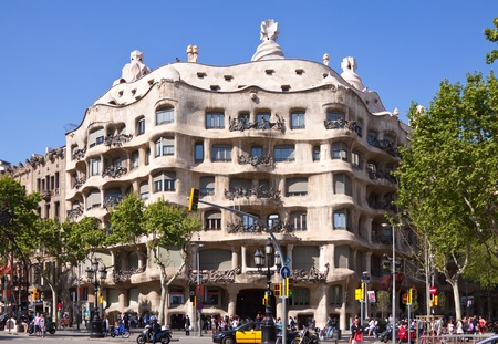 paseig: BARCELONA, SPAIN - APRIL 12: People before  La Pedrera in April 12, 2011 in Barcelona, Spain. Casa Mila (La Pedrera) built in 1905�1910 by  Catalan architect Antoni Gaudi
