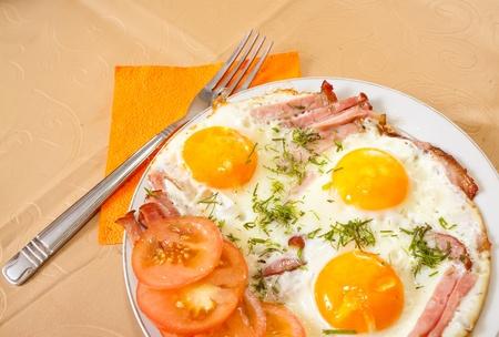 huevos fritos: Desayuno con huevos fritos y bacon en placa