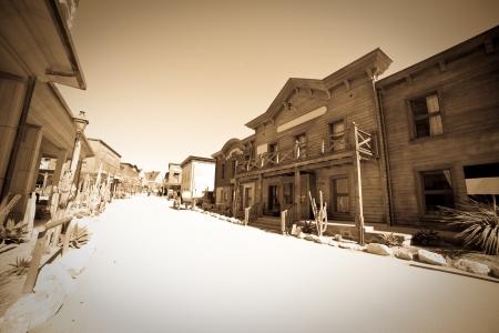 saloon: Foto vintage de gran angular de la ciudad de lejano oeste