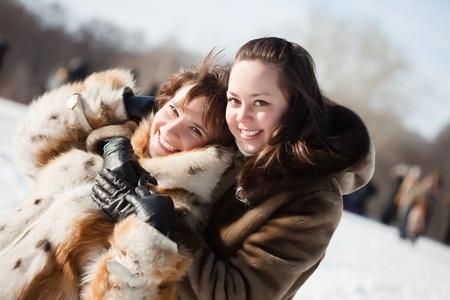 manteau de fourrure: Deux jeunes filles heureuses joue en hiver parc Banque d'images