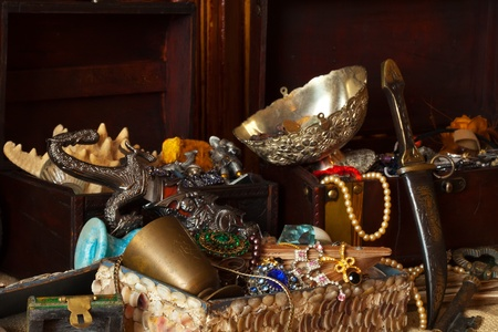 antique coins: Old treasure chests with vintage gems and jewellery Stock Photo
