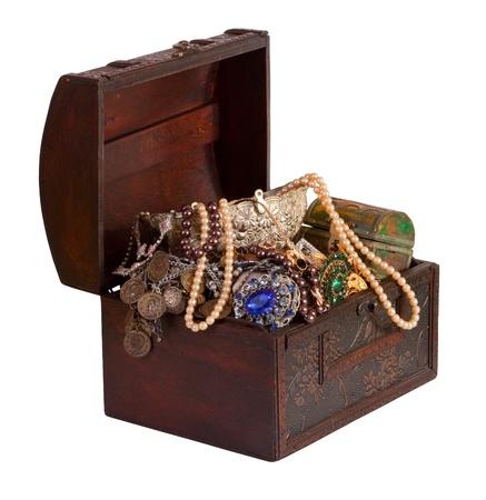 tronco de madera tesoro con joyas, aisladas sobre fondo blanco