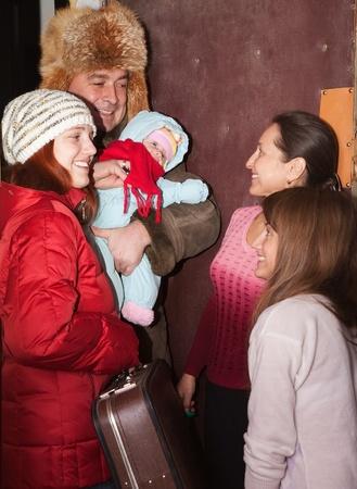 Familie von drei auf Verwandten nach Hause kommen