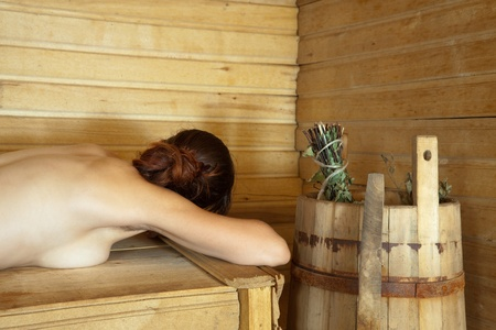 sauna nackt: nackte M�dchen liegt auf Bank in sauna