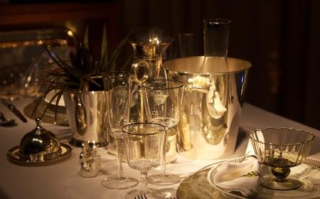 cubiertos de plata: Mesa de restaurante cena con copa de vino y vajilla de plata
