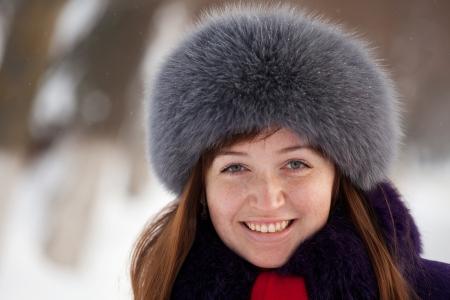 Portrait d'hiver en plein air de la femme dans des vêtements hivernaux Banque d'images