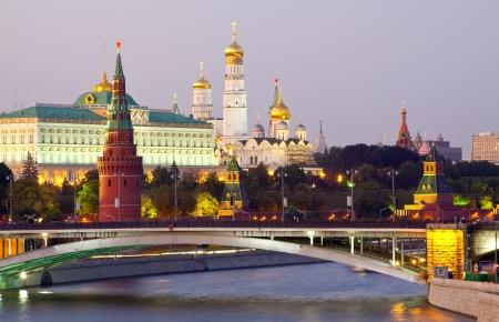 Weergave van het Kremlin van Moskou in de schemering. Rusland Stockfoto