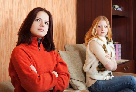 conflictos sociales: Dos chicas tristes tener disputa en casa Foto de archivo