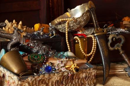 Cofres del tesoro con joyas viejas vintage y joyer�a Foto de archivo - 10885579