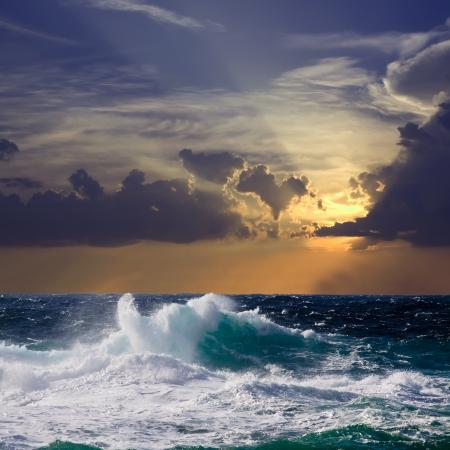 Olas del Mediterráneo durante la tormenta en la puesta del sol Foto de archivo