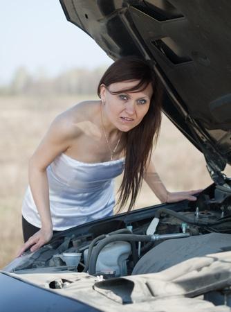 breakage: mujer con su coche la rotura