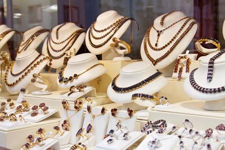 granate: contador con joyas de granate en la ventana de la tienda