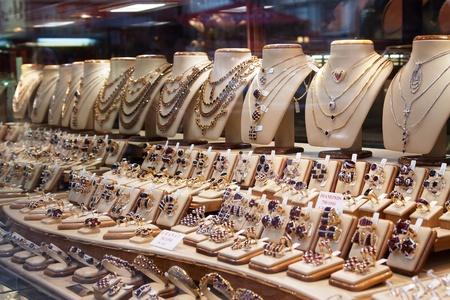 bijoux diamant: contrer avec une vari�t� de bijoux en vitrine