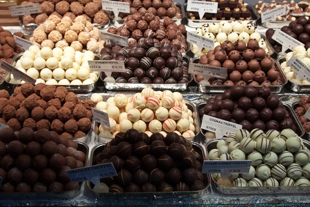 bread shop: assortimento di dolci sul banco nel mercato