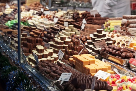 bonbons: Sortiment von Süßigkeiten auf Zähler im Markt Lizenzfreie Bilder