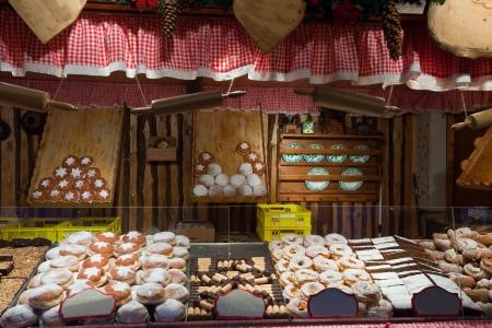 bread shop: assortimento di pasticceria fresca sul contatore nel mercato