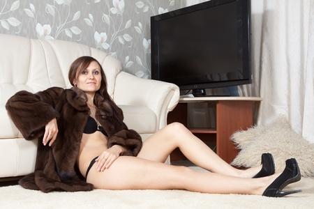 manteau de fourrure: Sexy femme en manteau de fourrure � l'int�rieur la maison