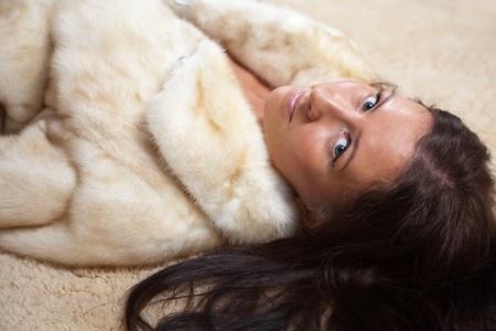 boast: Sexy donna in pelliccia, che nel tappeto Archivio Fotografico