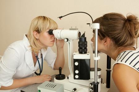 oculista: oculista y la vista la cabecera del paciente en la cl�nica Foto de archivo